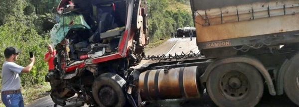 Com o impacto o caminhão tombou atravessado na pista. (Fotos: Tá Sabendo)