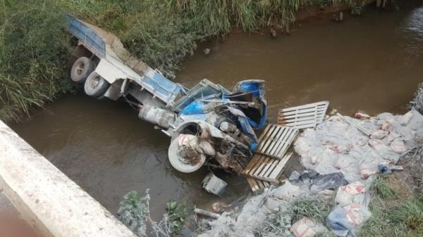 O condutor do caminhão também foi atendido e levado ao hospital.. (Fotos: CGN)