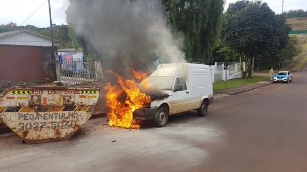 Maycon Corazza CGN 27 Junho 2018 | 15h52min Um veículo Fiorino ficou com parte dianteira destruída por um incêndio na tarde desta quarta-feira (27) na Região do Lago, em Cascavel.  O motorista seguia pela Rua Bom Jesus, quando acabou batendo com o carro em uma caçamba de entulhos que estava no acostamento.  PUBLICIDADE  inRead invented by Teads Após a batida, o fogo no automóvel teve início e rapidamente se alastrou.(Foto:CGN)
