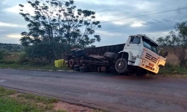 Carroceria de caminhão tombou na PR-218, em Mirador, no noroeste do Paraná, na tarde desta quarta-feira (27) (Foto: Polícia Rodoviária Estadual/Divulgação)