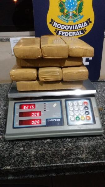 A droga totalizou 8,215Kg. (Foto:PRF)