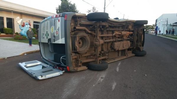 Uma mulher ficou ferida no acidente e precisou ser atendida pelo Siate. (Fotos:CGN)