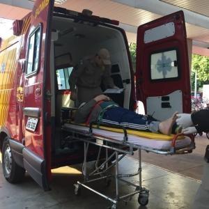 Uma equipe do Corpo de Bombeiros esteve no local e encaminhou motociclista para atendimento médico à Unidade de saúde 24 Horas (Foto: Fernanda Bourscheidt/AquiAgora.net )