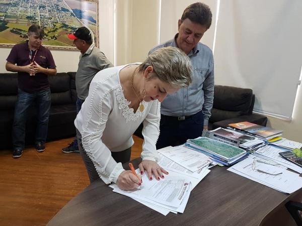 Participaram da solenidade de assinatura, além da prefeita de Mercedes Cleci Rambo Loffi e seu vice Edson Schug, o prefeito de Nova Santa Rosa Norberto Pinz. (Foto: Divulgação)