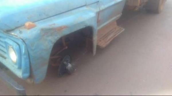 O pneu dianteiro do lado do motorista se desprendeu e atingiu a idosa.(Foto: Catve)