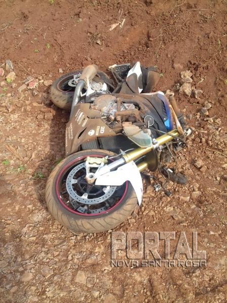 A moto foi jogada a 70 metros do local do acidente. (Fotos: PM e Colaborador)