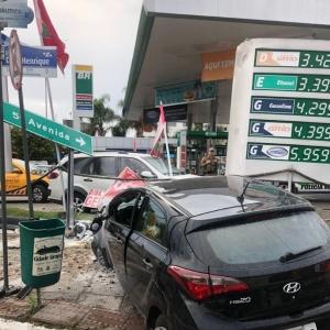 Com o impacto, placas foram arrancadas (Foto: PRF/ Divulgação)