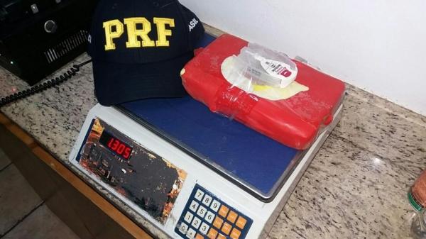 Após pesagem a droga totalizou totalizou 1,305 KG.(Foto: PRF)