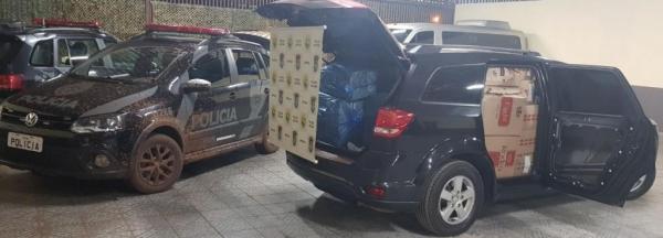 No veículo e seus arredores foram localizados 47 caixas de cigarros. (Fotos: BPFron)