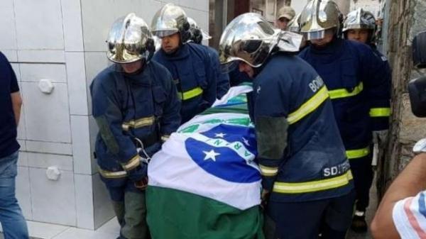 Caixão com corpo do parlamentar foi levado em um caminhão do Corpo de Bombeiros até o cemitério. (Fotos: Rede Sul de Notícias)