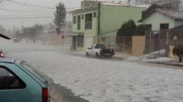 Devido a quantidade de chuva e granizo o prédio da Câmara Municipal também ficou destruído. (Foto: Catve)
