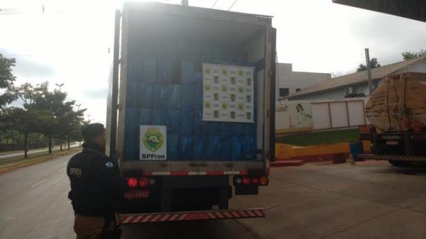 A carreta e o contrabando foram entregues a Receita Federal em Guaíra. (Fotos: BPFRON)
