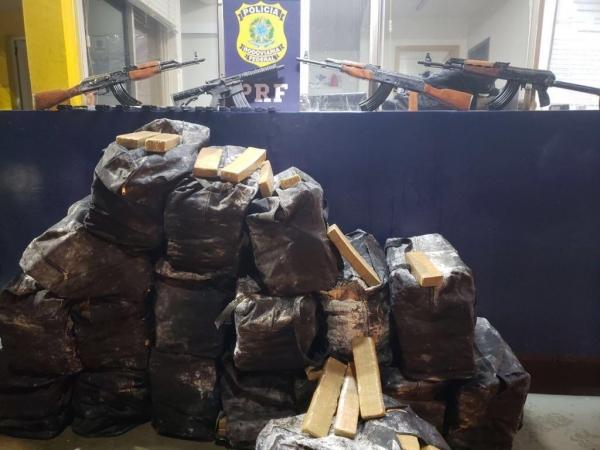 O armamento e a droga estavam escondidos sob sacos de trigo; um homem foi preso. (Foto: PRF)