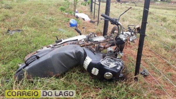 O condutor da moto, identificado como Sergio, 48 anos de idade, morreu no local. (Fotos: Correio do Lago)