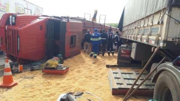 Duas carretas bateram de frente e outros três carros se envolveram no grave acidente. (Fotos: Catve)