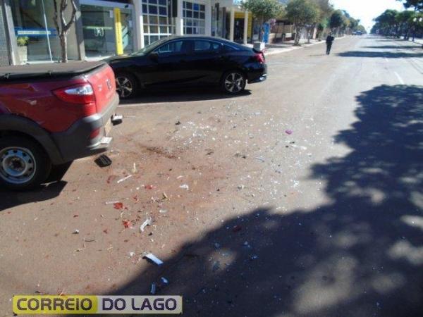 Um VW Golf teria colidido contra dois veículos estacionados.(Foto: Correio do Lago)