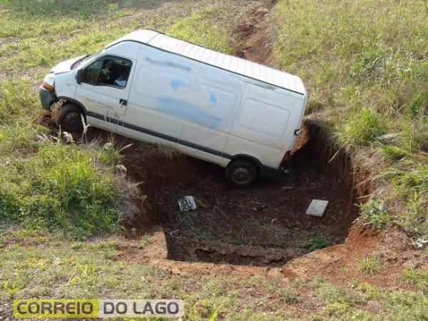 A van caiu em uma vala de escoamento de água, onde então parou.(Fotos: Correio do Lago)