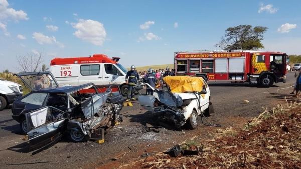 Segundo os bombeiros, dois carros bateram de frente por volta das 14h, próximo ao distrito de Água Boa (Foto: Robson Jardim/RPC Maringá)