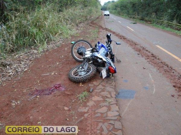 A moto parou sobre a cabeça do motociclista, a cerca de 40 metros do local de impacto.(Fotos: Correio do Lago)