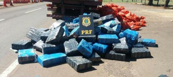 Acondicionada em quase 2,5 mil tabletes, a droga estava escondida sob sacos de cebola. (Foto: PRF)