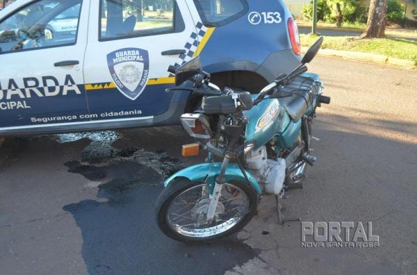O motociclista foi socorrido pelo Corpo de Bombeiros e levado à UPA com ferimentos moderados. (Foto: Bogoni)