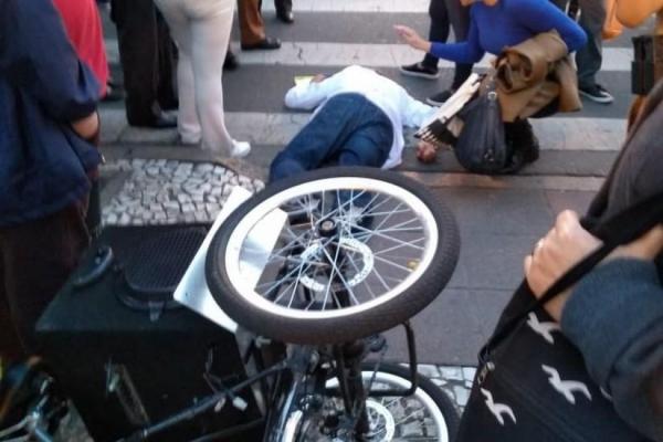 Ele estava fazendo campanha eleitoral no seu triciclo e foi agredido na esquina das Ruas XV de Novembro e Marechal Floriano Peixoto. (Foto: Colaboração/Sandro Pedroso/Tribuna PR )
