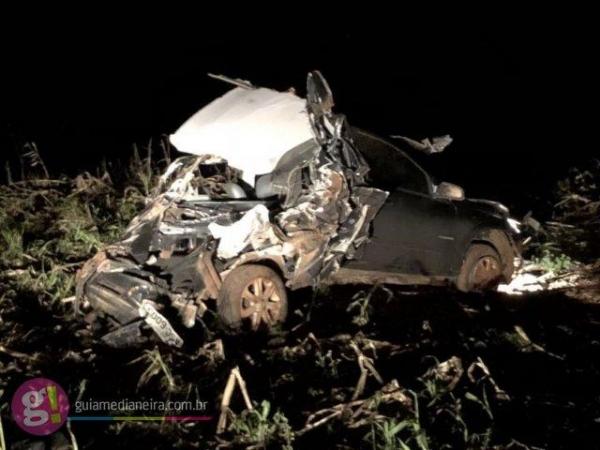 Com a violência da colisão, a parte traseira do veículo ficou toda destruída. (Foto: Guia Medianeira)