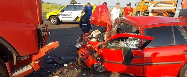 Uma carreta bitrem Volvo FH 480 invadiu a pista contrária e bateu de frente com o automóvel VW Gol (Foto: Rádio Clube Realeza )