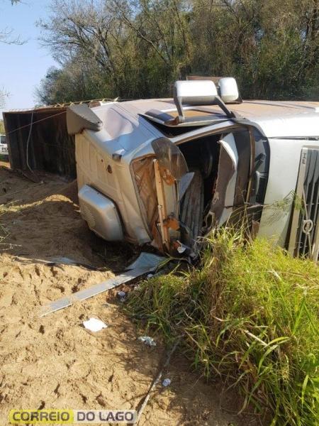 O motorista teve ferimentos leves. (Fotos: Correio do Lago)
