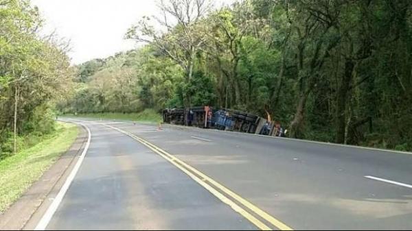 As duas pistas da rodovia, sentido Foz do Iguaçu e sentido Curitiba foram interditada devido ao risco de explosão.(Foto: Catve)