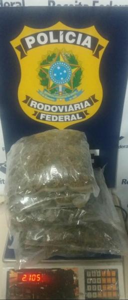 Jovens são detidos com maconha dentro de mochila em Medianeira. (Foto: PRF)