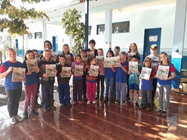 Os alunos das escolas municipais da sede e dos distritos receberam uma revista informativa intitulada. (Fotos: Divulgação)