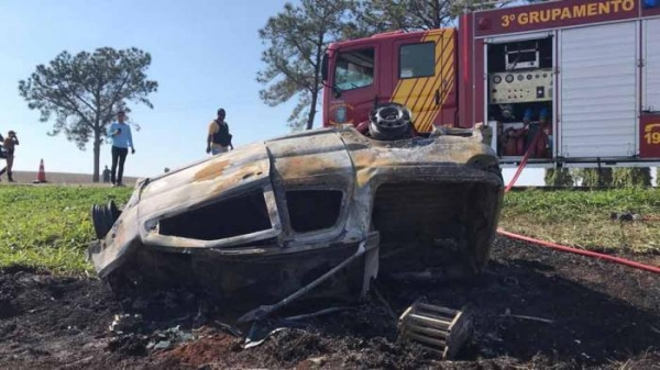 Após a colisão a camionete Strada acabou caindo em um barranco e incendiou.(Foto Saulo Ohara/Grupo Folha)