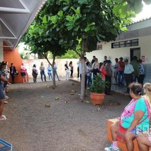 Enorme fila formada devido ao problema na urna da seção 118. (Foto: Portal Nova Santa Rosa)