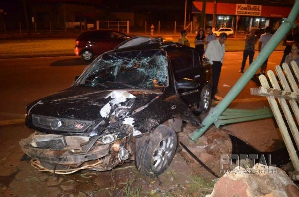O motorista do Astra foi socorrido e levado ao Hospital com ferimentos graves. (Fotos: Bogoni/Radar B.O.)