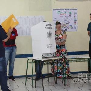 Momento em que a urna da seção 18 apresentou problemas técnicos. (Foto: Portal Nova Santa Rosa)