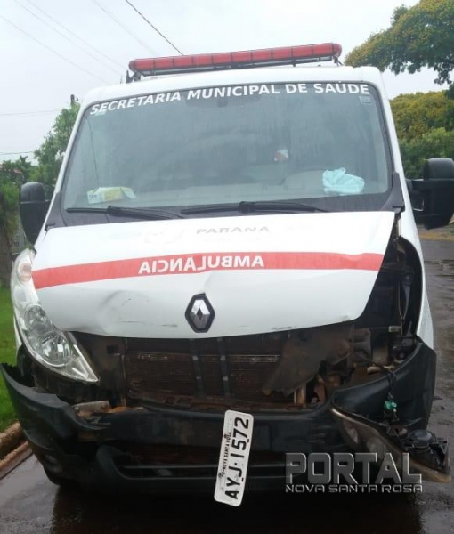 A frente da ambulância ficou danificada. (Foto: Portal Nova Santa Rosa)
