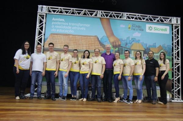 Equipe da Sicredi juntamente com Marcos Maier. (Foto: Portal Nova Santa Rosa)