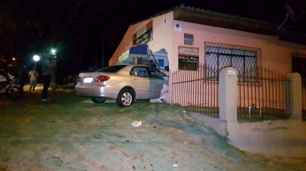 O motorista do Corolla recusou teste do bafômetro e foi detido por embriaguez ao volante.(Fotos:CGN)