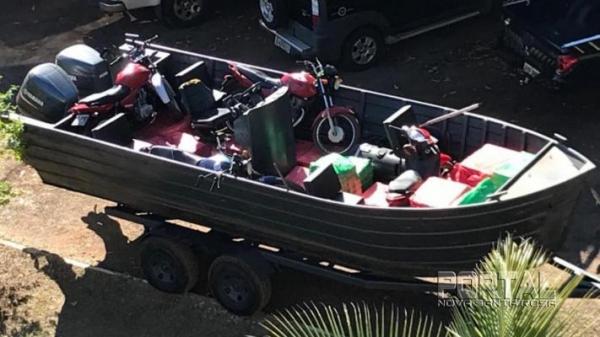 Todas as mercadorias, os cigarros e as motocicletas foram encaminhadas a sede do NEPOM da Polícia Federal. (Foto: PF)