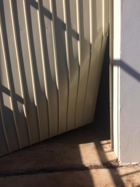 Porta arrombada (Foto: Divulgação )