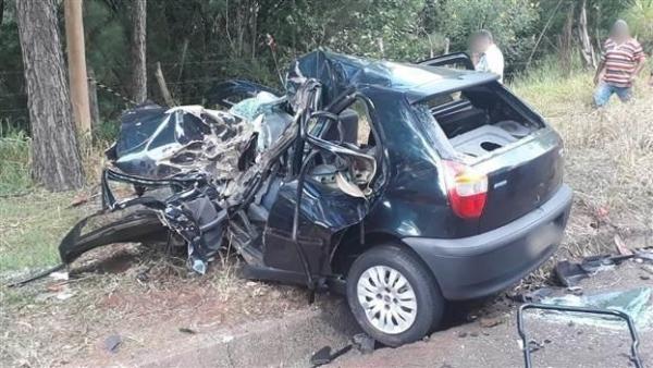 Após o impacto, os dois veículos foram parar fora da pista e o Pálio ficou completamente destruído (Foto: Polícia Rodoviária Estadual )