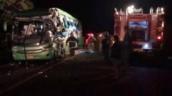 O Corpo de Bombeiros confirmou cinco óbitos no local do acidente. (Foto: Rádio Itapuã)