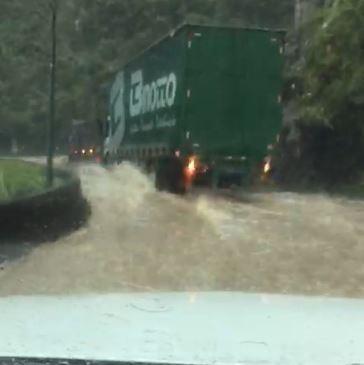 A drenagem da rodovia não suportou o volume de água (Foto: Reprodução )