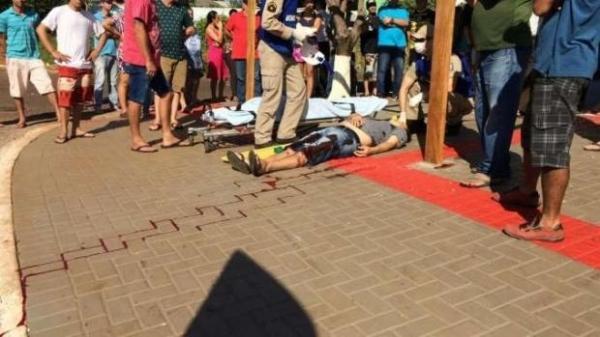 Socorristas e médico do Siate foram acionados para atender a vítima que está em estado grave.. (Foto: Catve)