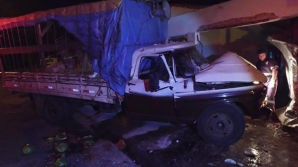 Caminhão atingiu o muro da residência, em Jaú (Foto: Luizinho Andretto / Arquivo pessoal ) Globo.com