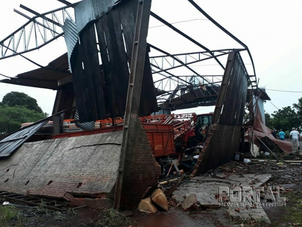 Os fortes ventos atingiram o barracão de máquinas da propriedade. (Foto: Whatsapp)
