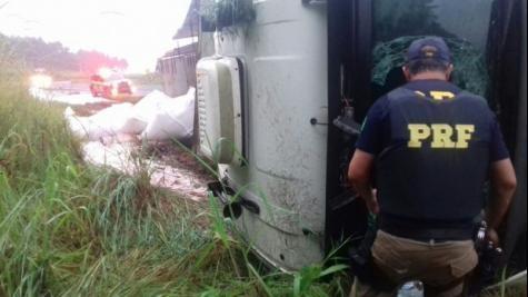 Com ferimentos leves, o motorista foi levado a um hospital. (Foto: PRF)