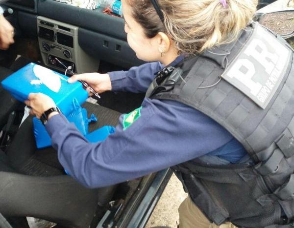 A droga estava no interior da lataria de um Fiat Uno .(foto: PRF)