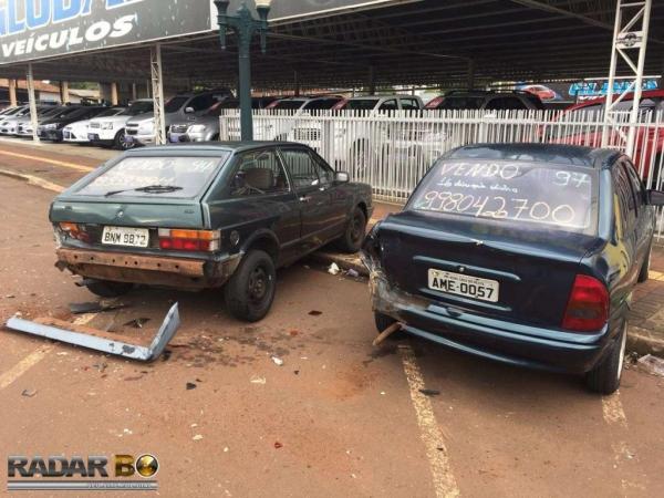 O veículo bateu em três carros estacionados. (Foto: Radar B.O.)